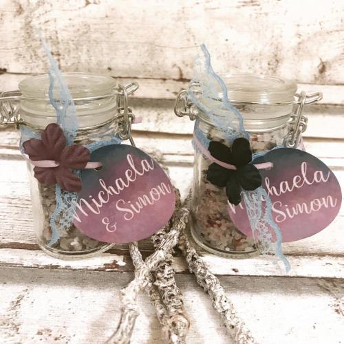 Gastgeschenk: hier in Form von Badesalz in den Hochzeitsfarben
